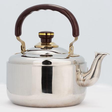 Чайник Mayer & Boch, со свистком, 3 л. 10401040Чайник со свистком Mayer & Boch изготовлен из высококачественной нержавеющей стали, что обеспечивает долговечность использования. Капсульное дно обеспечивает равномерный и быстрый нагрев, поэтому вода закипает гораздо быстрее, чем в обычных чайниках. Носик чайника оснащен откидным свистком, звуковой сигнал которого подскажет, когда закипит вода. Подвижная ручка чайника изготовлена из бакелита. Чайник Mayer & Boch - качественное исполнение и стильное решение для вашей кухни. Подходит для стеклокерамических, газовых и электрических плит. Не подходит для индукционных плит. Высота чайника (без учета ручки и крышки): 11 см. Высота чайника (с учетом ручки и крышки): 23 см. Диаметр чайника (по верхнему краю): 17,5 см.