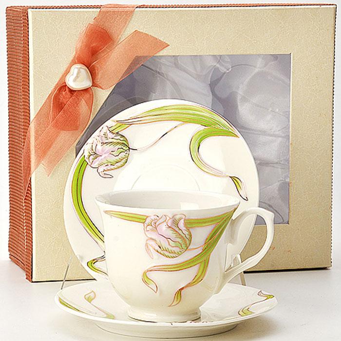 21181 Чайная пара 4 предмета в под/упак LR (х12)21181Чайный набор на 2 персоны 4 предмета: - чашка (2 шт) D9х7 см - блюдце (2 шт) D14 см Материал: керамика Размер упаковки: 22,5х19х10 см Объем: 0,240 л Вес: 830 г Чайный набор, выполненный из высококачественной керамики, состоит из чашки и блюдца. Изделия декорированы изображением цветов. Элегантный дизайн и совершенные формы предметов набора привлекут к себе внимание и украсят интерьер вашей кухни. Чайный набор идеально подойдет для сервировки стола и станет отличным подарком к любому празднику. Чайный набор упакован в подарочную коробку.
