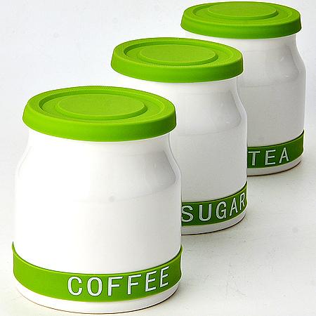 Набор банок для хранения Mayer & Boch, цвет: белый, салатовый, 800 мл, 3 шт21640Набор Mayer & Boch состоит из трех банок для хранения, выполненных из керамики. Банки специально предназначены для хранения сахара, чая и кофе. Изделия оснащены плотно закрывающимися силиконовыми крышками, которые позволяют надолго сохранить аромат продуктов. Такой набор красиво оформит интерьер кухни и позволит компактно хранить сыпучие продукты. Можно мыть в посудомоечной машине. Диаметр банки (по верхнему краю): 10 см. Диаметр основания: 11,5 см. Высота банки (с учетом крышки): 13 см.