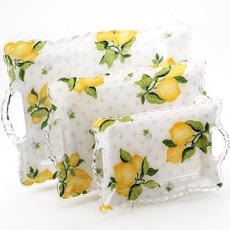 3238 Набор подносов МВ 3пр Лимон3238Набор подносов Лимон 3 предмета: Размер: 46,5х30,5х3,5 см 37,8х24,7х3,5 см 29,7х19,7х3 см Материал: пластик Размер упаковки: 45х30,5х4,7 см Вес: 850 г Набор Лимон состоит из трех прямоугольных подносов разного размера, выполненных из пластика. Подносы украшены изображением фруктов и оформлены изящным рельефным узором по краю. Они отлично подойдут для красивой сервировки различных блюд, закусок и фруктов на праздничном столе. Резные ручки подносов выполнены из прозрачного плстика. Набор подносов Лимон станет отличным подарком на любой праздник.