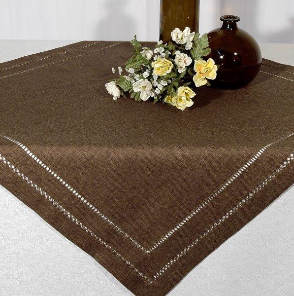 Скатерть Schaefer, квадратная, цвет: коричневый, 85 х 85 см 06734-10006734-100Квадратная скатерть Schaefer, выполненная из полиэстера, станет изысканным украшением стола. Изделие по краю декорировано оригинальной перфорацией. За текстилем из полиэстера очень легко ухаживать: он не мнется, не садится и быстро сохнет, легко стирается, более долговечен, чем текстиль из натуральных волокон. Изделие прекрасно послужит для ежедневного использования на кухне или в столовой. Это текстильное изделие станет изысканным украшением вашего дома!