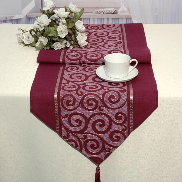 Дорожка для декорирования стола Schaefer, цвет: баклажан, 40 см х 140 см. 06906-23206906-232Дорожка Schaefer, выполненная из плотного полиэстера, станет изысканным украшением интерьера. Изделие декорировано вышивкой в виде элегантных узоров и кисточками по краям. Такую дорожку можно использовать для украшения комодов, тумб и столов. За текстилем из полиэстера очень легко ухаживать: он легко стирается, не мнется, не садится и быстро сохнет, более долговечен, чем текстиль из натуральных волокон. Такая дорожка изящно дополнит интерьер вашего дома.