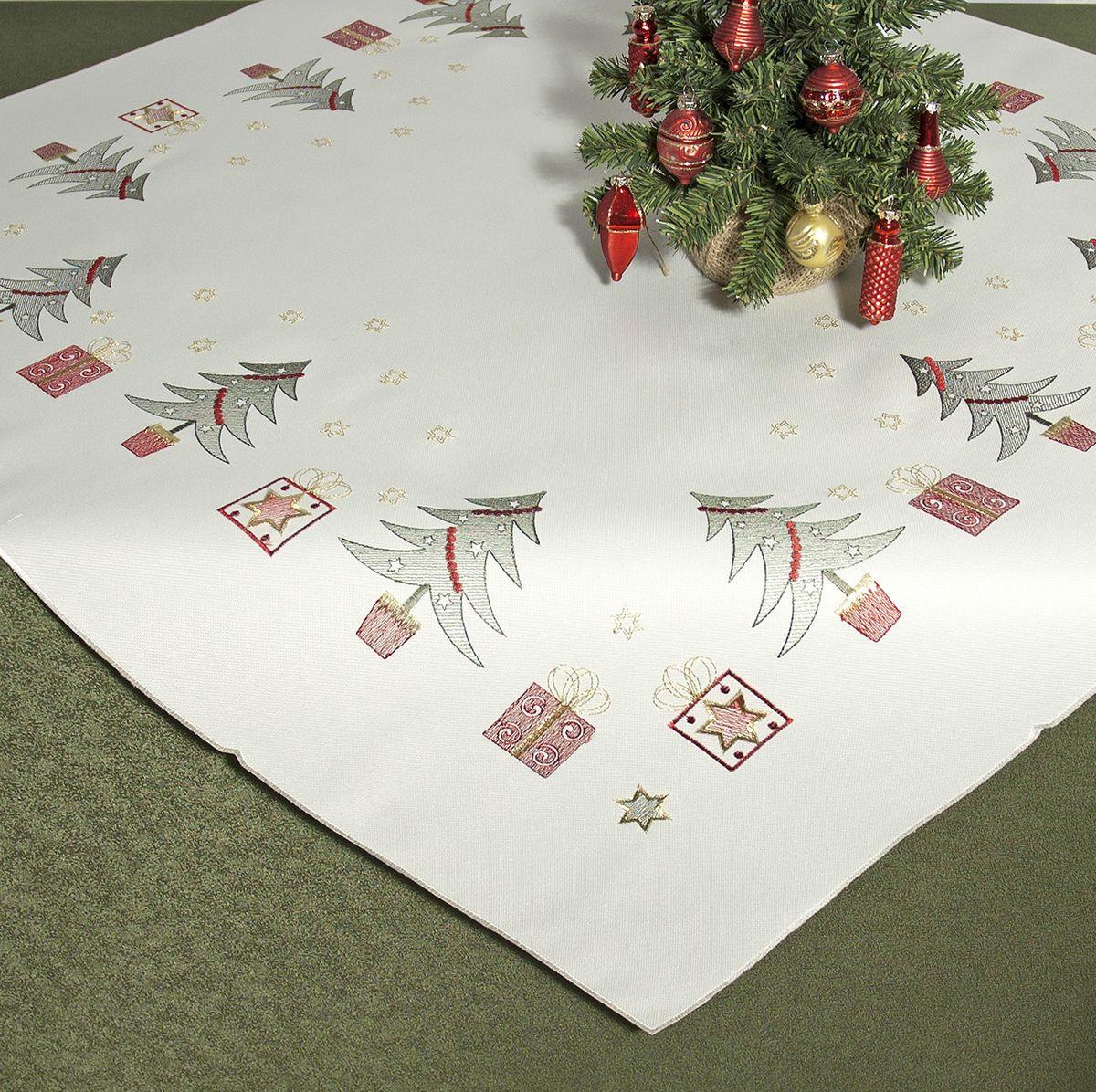 Скатерть Schaefer, квадратная, цвет: молочный, зеленый, красный, 85 x 85 см 07448-10007448-100Квадратная скатерть Schaefer, выполненная из полиэстера, станет украшением новогоднего стола. Изделие декорировано оригинальной вышивкой с новогодними мотивами. За текстилем из полиэстера очень легко ухаживать: он легко стирается, не мнется, не садится и быстро сохнет, более долговечен, чем текстиль из натуральных волокон. Использование такой скатерти сделает застолье торжественным, поднимет настроение гостей и приятно удивит их вашим изысканным вкусом. Это текстильное изделие станет изысканным украшением вашего дома!