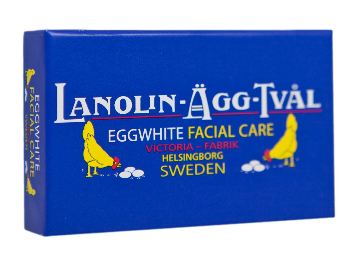 Victoria Soap Lanolin-Agg-Tval Мыло-маска для лица, 50 г241014В Швеции мыло-маска Ланолин-Эгг-Твал используется для ухода за кожей из поколения в поколение. Изначально шведские женщины самостоятельно готовили его в домашних условиях из ланолина, розовой воды и яичных белков. Уникальное средство сочетает в себе функцию бережного очищения в виде ежедневного умывания и дополнительного ухода в качестве маски для лица. Подходит для всех типов кожи. Действие Мыло - Маски 6 в 1: 1. Сужает поры 2. Повышает упругость кожи 3. Контролирует секрецию сальных желез 4. Контролирует шелушение кожи 5. Питает и увлажняет 6. Улучшает цвет лица