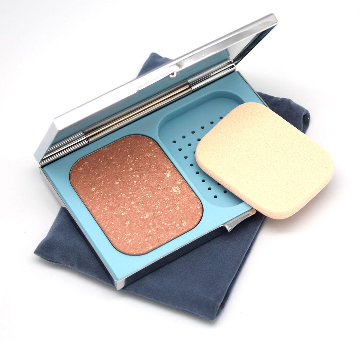 Yllozure Пудра для лица Galaxy Bronzer, тон 5, 11 гр5705Чудесный эффект загара и мягкое, благородное сияние придает лицу компактная пудра-бронзатор Галактика. Скользящие полимеры помогают легко и равномерно растушевывать бронзатор на коже для максимально естественного вида. С помощью бронзатора можно не только придать коже отдохнувший вид и загарный оттенок, но и скорректировать форму лица.