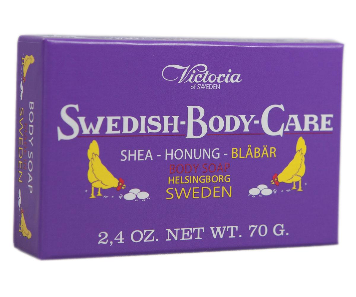 Victoria Soap Shea-Honung-Blabar Мыло для тела с черникой, 70 г241069Компания Victoria создала серию мыл для тела «Шведские ягоды», вдохновленную шведской природой, солнечными полянами, густым лесами и насыщенными витаминами ягодами. В старинный рецепт мыла были добавлены шведский мед и экстракты ягод. Мыло для тела «Шведские ягоды» с экстрактом черники имеет густую бархатную пену с букетом ароматов плодов пальмового дерева, оливы и черники с высоким содержанием липидов. Плотная нежная пена отлично нейтрализует вредное воздействие окружающей среды, легко смывается с тела, выравнивает тон кожи и обволакивает ее нежной вуалью сладких воспоминаний. Нежный ягодный аромат домашнего черничного пирога успокоит после насыщенного трудового дня.