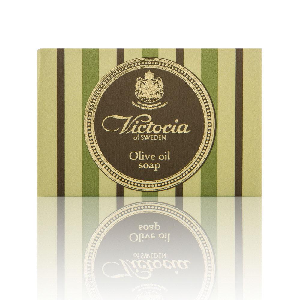 Victoria Soap Victoria Olive Oil Soap Оливковое мыло для тела, 100 г090919Роскошное королевское мыло с густой бархатной пеной на основе красного пальмового масла и масла плодов оливкового дерева с высоким содержанием липидов дарит чувство комфорта и увлажненности. Благодаря таким компонентам мыло не пересушивает кожу во время мытья, что является залогом красоты и здоровья Вашей кожи. При регулярном использовании нормализует функцию сальных желез, новые воспаления будут появляться реже. После принятия ванны, вы будете наслаждаться мягкой и гладкой кож ей.