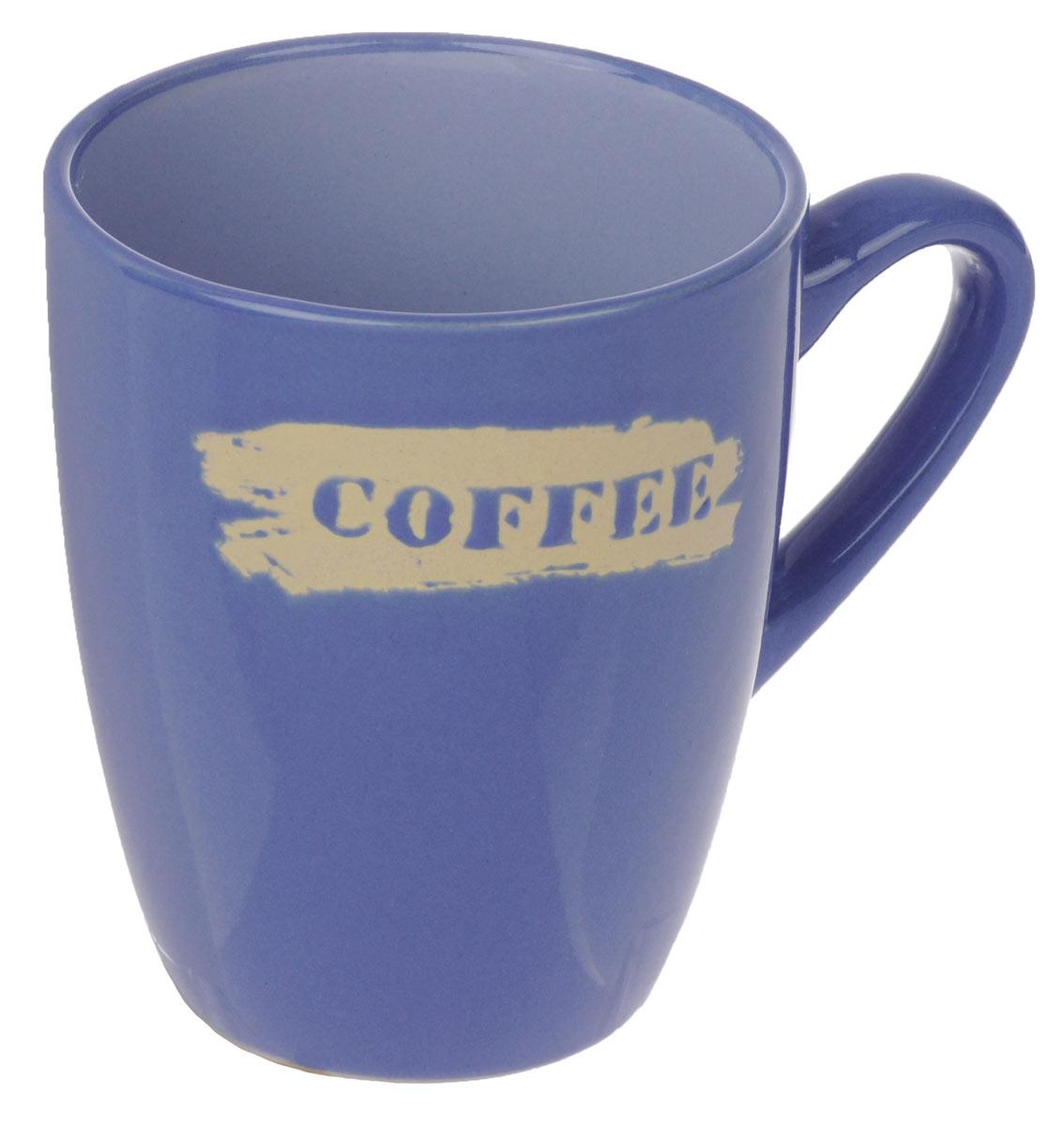 Кружка Wing Star Coffee, цвет: синий, 300 млLJ10-0871M_синийКружка Wing Star Coffee изготовлена из высококачественной керамики и украшена надписью Coffee. Wing Star - качественная керамическая посуда из обожженной, глазурованной снаружи и изнутри глины с оригинальными рисунками. При изготовлении данной посуды широко используется рельефный способ нанесения декора, когда рельефная поверхность подготавливается в процессе формовки и изделие обрабатывается с уже готовым декором. Благодаря этому достигается эффект неровного на ощупь рисунка, как бы утопленного внутрь глазури и являющегося его естественным элементом. Кружку можно использовать в СВЧ и мыть в посудомоечной машине. Диаметр (по верхнему краю): 8 см. Высота стенки: 10 см. Объем кружки: 300 мл.