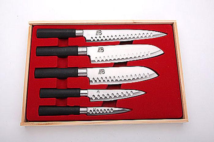 4135 Набор ножей(5пр) MB в дер/кор (х12)4135Набор ножей в подарочной упаковке 5 предметов (длина лезвия): - нож для разделки мяса 20 см - нож большой поварской 18 см - нож поварской 16 см - нож универсальный 13 см - нож для очистки 9,5 см Материал: нержавеющая сталь, пластик Размер упаковки:37х25,5х3 см Размер коробки:38,5х26,8х42,5 см Вес: 920 г Набор ножей включает пять ножей, клинки которых изготовлены из высоко-углеродистой стали, которая обеспечивает высокие режущие свойства кромки клинка. Сечения клинка ножей - клинообразно, что позволяет режущей кромке клинка быть продолжительное время острой. Тщательно разработанный дизайн рукоятки и ее качество позволяет ножу удобно располагаться в руке. Набор ножей Mayer&Boch станет незаменимым на вашей кухне и поможет приготовить еду быстро и вкусно. Набор имеет красивую подарочную упаковку, поэтому станет отличным подарком Вашим друзьям и близким.