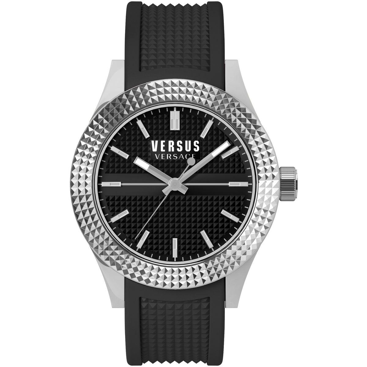 Часы наручные женские Versus Versace, цвет: черный, стальной. SOT020015SOT020015Элегантные женские часы Versus Versace выполнены из нержавеющей стали, каучука и минерального стекла. Циферблат часов дополнен символикой бренда. Корпус часов оснащен кварцевым механизмом, имеет степень влагозащиты равную 3 atm, а также дополнен устойчивым к царапинам минеральным стеклом. Стрелки и циферблат дополнены светящимся составом. Ремешок часов оснащен классической пряжкой, которая позволит с легкостью снимать и надевать изделие. Часы поставляются в фирменной упаковке. Часы Versus Versace подчеркнут изящность женской руки и отменное чувство стиля у их обладательницы.