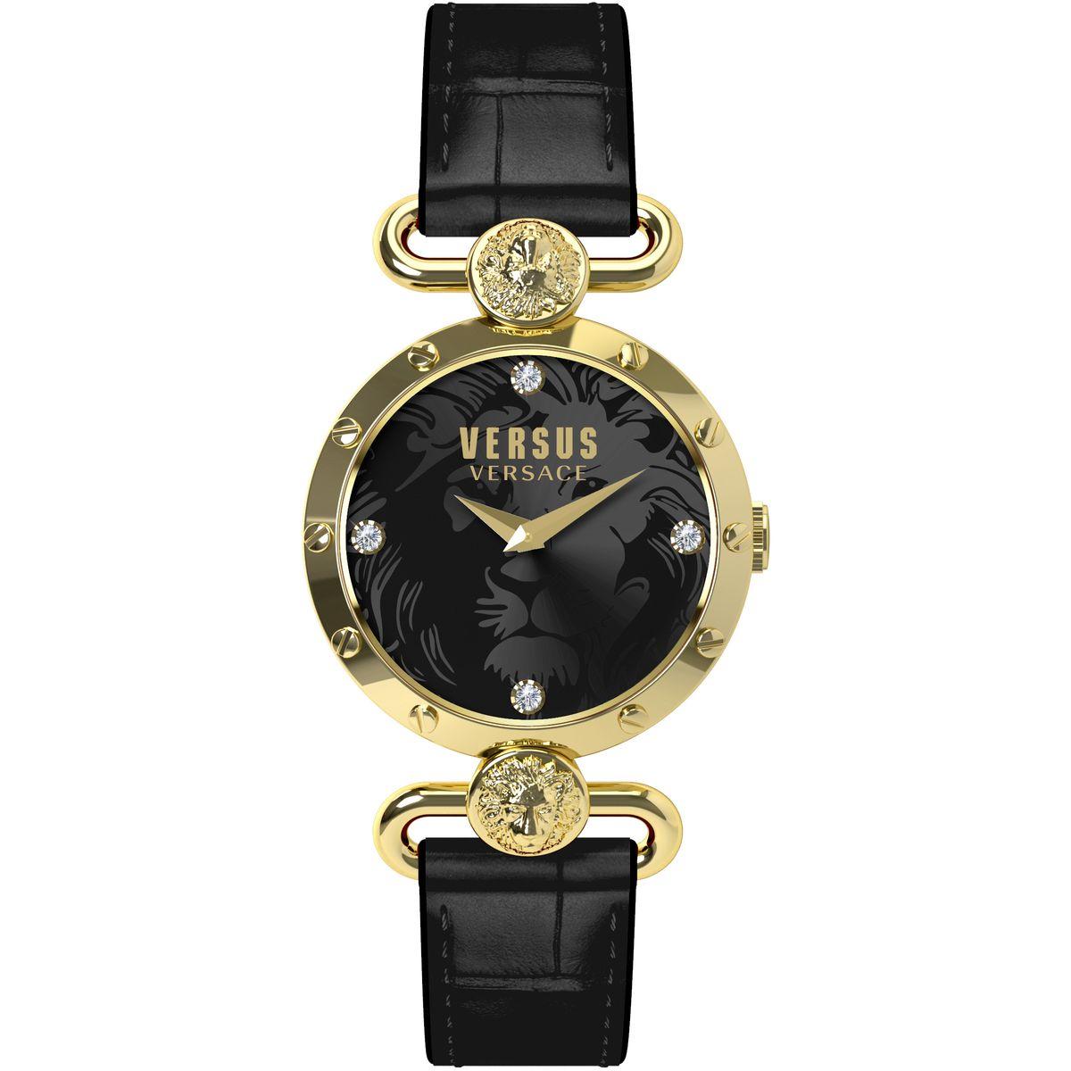 Часы наручные женские Versus Versace, цвет: золотой, черный. SOL040015SOL040015Элегантные женские часы Versus Versace выполнены из нержавеющей стали, натуральной кожи с тиснением под рептилию и минерального стекла. Циферблат часов дополнен стразами и символикой бренда. Корпус часов оснащен кварцевым механизмом, имеет степень влагозащиты равную 3 atm, а также дополнен устойчивым к царапинам минеральным стеклом. Ремешок часов оснащен классической пряжкой, которая позволит с легкостью снимать и надевать изделие. Часы поставляются в фирменной упаковке. Часы Versus Versace подчеркнут изящность женской руки и отменное чувство стиля у их обладательницы.