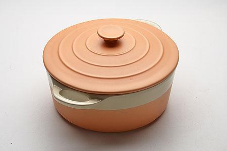 21821 Кастрюля КЕРАМ с/кр 2,8 29.3х23х14.2 МВ (х6)21821Кастрюля керамическая с крышкой (2,8 л) Материал: керамика, цветная глазурь (глянец) Размер: 29,3х23х14,2 см, толщина стенок 6-7 мм Цвет: оранжевый Объем: 2,8 л Вес: 2,5 кг Кастрюля изготовлена из керамики, оснащена двумя удобными ручками по бокам. Пища, приготовленная в керамической посуде, сохраняет свои вкусовые качества, и благодаря экологической чистоте материала, не может нанести вред здоровью человека. Керамика - один из самых лучших материалов, который удерживает тепло, медленно и равномерно его распределяет. Максимальный нагрев - 400°С. Подходит для использования в микроволновой, конвекционной печи и духовке. Подходит для хранения продуктов в холодильнике и морозильной камере. Не подходит для открытого огня. Можно мыть в посудомоечной машине. Материал устойчив к образованию пятен, не пропускает запах.