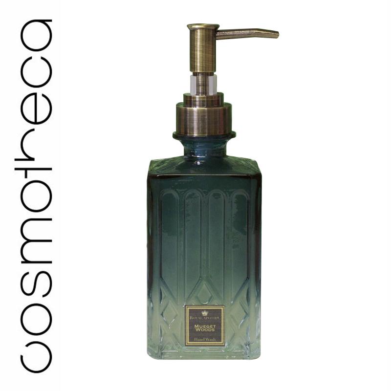 Royal Apothic Увлажняющее жидкое мыло для рук Mueget Woods 240 гRACONHWMWНаши очищающие средства для рук и лосьоны - абсолютные хиты, а их новая упаковка была специально разработана для того, чтобы стать идеальным дополнением к каждой ванной комнате. Очищающее средство для рук и лосьон с нежным ароматом увлажняют кожу, делая ее ультрамягкой. Как по отдельности, так и комплектом, такие средства будут великолепным подарком к любому торжеству. Верхние ноты: бергамот, мандарин, лимон, имбирь. Базовые ноты: розовый перец, кориандр, океанская свежесть.