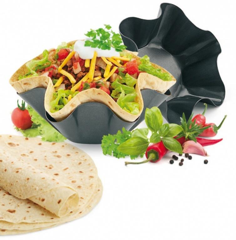 Набор форм для выпекания Тортилья, 2 шт. TK 0151TK 0151Набор форм для выпекания «ТОРТИЛЬЯ» - незаменимая новинка для оригинальной сервировки стола. С помощью этих форм Вы легко выпечете съедобные тарталетки-салатницы, которые можно наполнить Вашим любимым блюдом. Готовьте хрустящие тарталетки из тонкой лепешки, которую Вы можете купить в любом супермаркете. Это не только вкусно, но и полезно, ведь Вы не жарите, а выпекаете съедобный салатник. С набором форм для выпекания «ТОРТИЛЬЯ» Вы не только быстро приготовите вкусное блюдо, красиво сервируете стол, но и избавитесь от необходимости мыть гору посуды после застолья. Преимущества: • Оригинальное решение для сервировки стола • Быстро выпекается и не вредит здоровью • У Вас больше нет необходимости мыть гору посуды после застолья • Можно мыть в посудомоечной машине Материал: углеродистая сталь. В наборе: 2 шт. Размер большой формы: 17,5 х 17,5 х 6,3 см. Размер малой формы: 14,5 х 14,5 х 5,5 см.