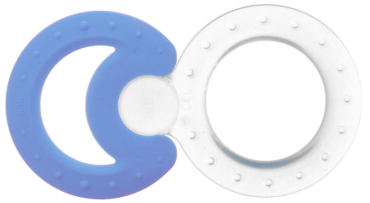 NUK Набор прорезывателей Classic and Cool 2 шт цвет прозрачный голубой10.256.225_прозрачный, голубойНабор комбинируемых прорезывателей Nuk Classic and Cool непременно понравится вашему малышу. Он включает в себя 2 прорезывателя - охлаждающий, который успокаивает десна, и классический, для интенсивной стимуляции десен. Прорезыватели имеют отверстие в центре, благодаря чему их удобно держать. Специальные крепления позволяют соединить прорезыватели вместе. Благодаря своей рельефной поверхности, прорезыватели массируют десна малыша и снижают давление в ротовой полости, что уменьшает дискомфорт при появлении зубов. Удобная форма позволяет прорезывателям достигать всех частей челюсти для обеспечения комфортных ощущений. Прорезыватели облегчат прорезывание зубов у крохи, благодаря ему зубки малыша будут расти без боли и слез!