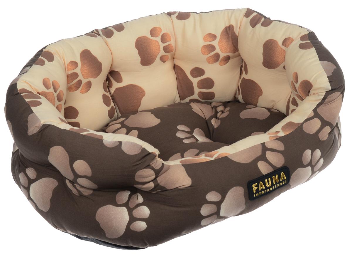Лежак для собак и кошек Fauna Oasis, цвет: коричневый, бежевый, 57 см х 47 см х 17 смFIDB-0115Лежак для собак и кошек Fauna Oasis предназначен для собак мелких пород и кошек. Выполнен из хлопковой ткани, внутри - наполнитель из мебельного поролона. Такой наполнитель прекрасно держит форму и сохраняет свои свойства даже после многократных стирок. Лежак очень удобный и уютный, он оснащен высокими бортиками и съемной синтепоновой подстилкой. Стежка надежно удерживает синтепон внутри и не позволяет ему скатываться. Ваш любимец сразу же захочет забраться на лежак, там он сможет отдохнуть и подремать в свое удовольствие. Компактные размеры позволят поместить лежак, где угодно, а приятная цветовая гамма сделает его оригинальным дополнением к любому интерьеру.