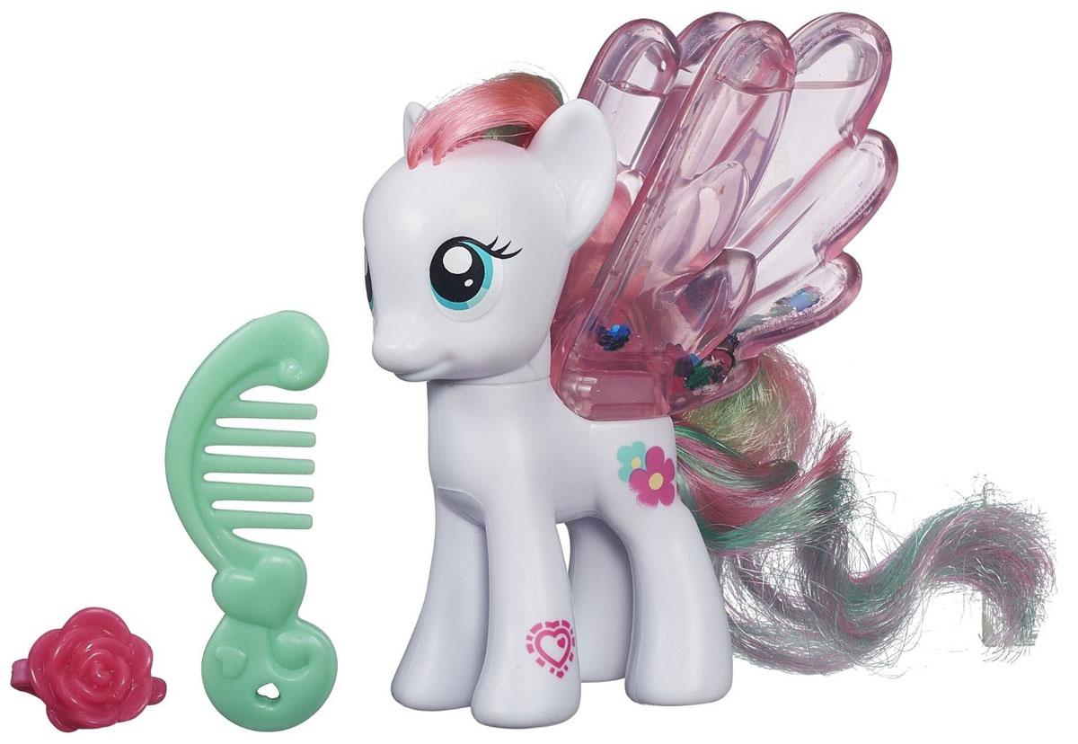 My Little Pony Фигурка Water Cuties BlossomforthB0357EU4_B3220Фигурка My Little Pony Water Cuties Blossomforth непременно понравится вашей малышке. Она выполнена из безопасного пластика в виде милой пони с красивыми большими глазами. Девочке непременно понравится заплетать и расчесывать роскошную гриву и хвостик пони. Голова игрушки подвижна. На спинке пони расположены большие прозрачные крылышки, заполненные жидкостью с блестками, которые красиво сверкают и переливаются. В комплект также входит расческа и заколочка для пони. Игры с такой игрушкой поспособствуют развитию у ребенка фантазии и любознательности, помогут овладеть навыками общения, воспитают чувство ответственности и заботы. Благодаря маленькому размеру фигурки ребенок сможет взять ее с собой на прогулку или в гости. Порадуйте свою малышку таким замечательным подарком!