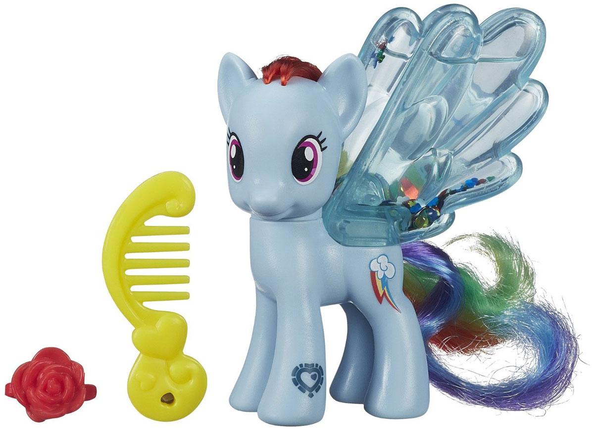 My Little Pony Фигурка Water Cuties Rainbow DashB0357EU4_B3222Фигурка My Little Pony Water Cuties Rainbow Dash непременно понравится вашей малышке. Она выполнена из безопасного пластика в виде милой пони с красивыми большими глазами. Девочке непременно понравится заплетать и расчесывать роскошную гриву и хвостик пони. Голова игрушки подвижна. На спинке пони расположены большие прозрачные крылышки, заполненные жидкостью с блестками, которые красиво сверкают и переливаются. В комплект также входит расческа и заколочка для пони. Игры с такой игрушкой поспособствуют развитию у ребенка фантазии и любознательности, помогут овладеть навыками общения, воспитают чувство ответственности и заботы. Благодаря маленькому размеру фигурки ребенок сможет взять ее с собой на прогулку или в гости. Порадуйте свою малышку таким замечательным подарком!
