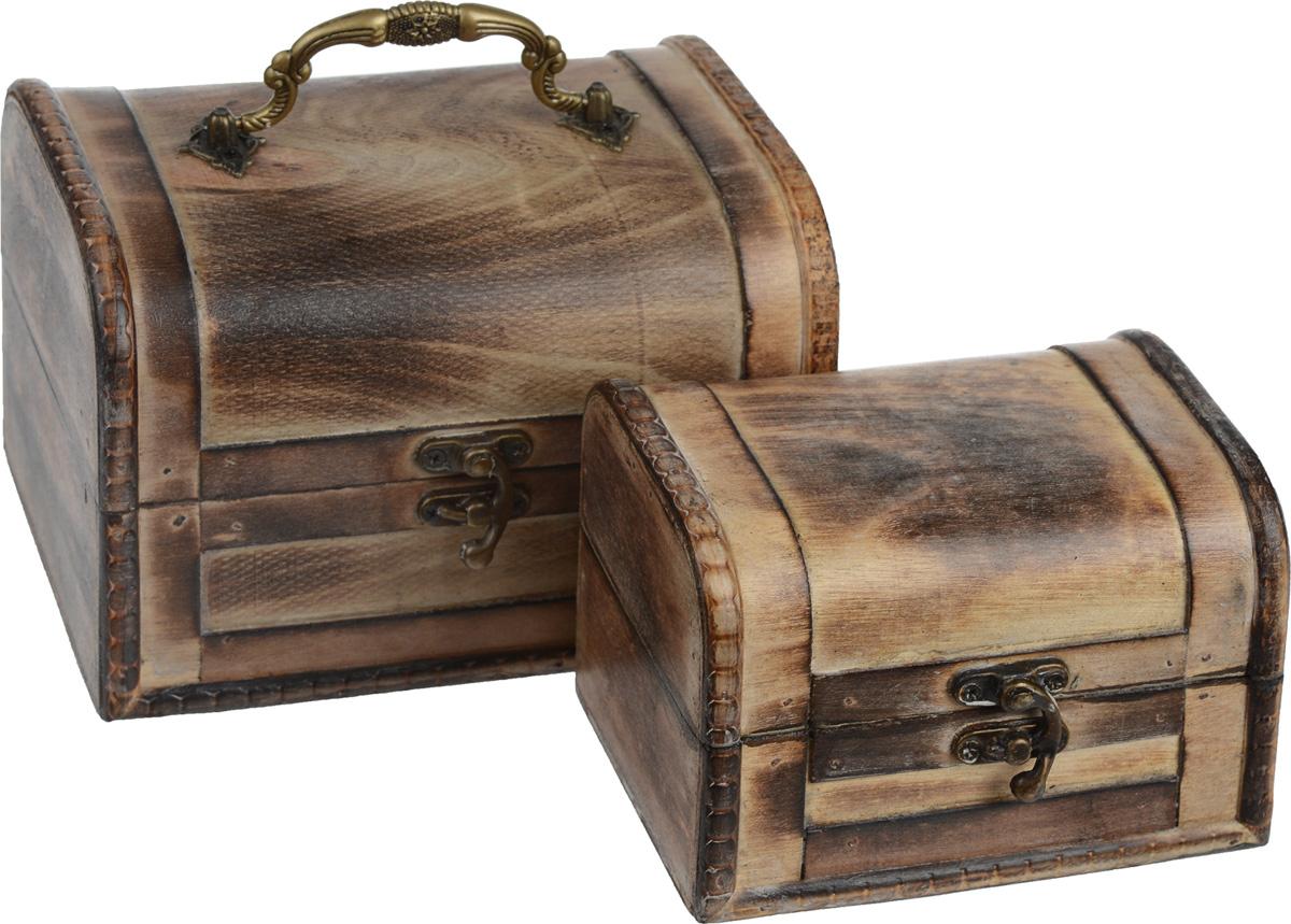Набор шкатулок для хранения вещей, 2 шт. EHB8-154EHB8-154Набор включает две шкатулки разных размеров, предназначенных для хранения различных аксессуаров, бытовых мелочей, принадлежностей для рукоделия, бижутерии и многого другого. Шкатулки выполнены из дерева. Изделия закрываются на замок-задвижку. Большая шкатулка сверху оснащена красивой резной ручкой под позолоту. Такой набор шкатулок стильно дополнит интерьер помещения, добавив немного классики и старины. Прекрасное дизайнерское решение и отличный подарок любителям необычных оригинальных вещей. Размер большой шкатулки: 18 см х 13,5 см х 12,5 см. Размер малой шкатулки: 14 см х 10 см х 10 см.