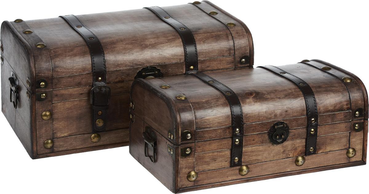 Набор сундуков для хранения вещей, 2 шт. EH-A587EH-A587Набор включает два сундука разных размеров, предназначенных для хранения различных аксессуаров, вещей для дома, принадлежностей для рукоделия и многого другого. Сундуки выполнены из дерева, декорированы коричневыми вставками из кожзама и металлическими заклепками. Изделия закрываются на замок-задвижку. Большой сундук дополнительно закрывается на два ремешка на кнопках. По бокам предусмотрены металлические ручки для переноски. Такой набор сундуков стильно дополнит интерьер помещения, добавив немного классики и старины. Прекрасное дизайнерское решение и отличный подарок любителям необычных оригинальных вещей. Размер большого сундука: 43 см х 27,5 см х 20,5 см. Размер малого сундука: 36 см х 22 см х 15,5 см.