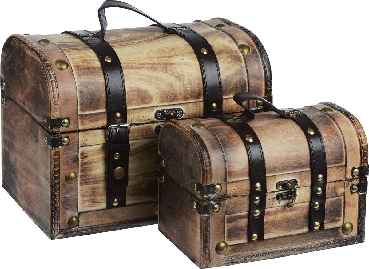 Набор сундуков для хранения вещей, 2 шт. EHB8-163EHB8-163Набор включает два сундука разных размеров, предназначенных для хранения различных аксессуаров, вещей для дома, принадлежностей для рукоделия и многого другого. Сундуки выполнены из дерева, декорированы коричневыми вставками из кожзама и металлическими заклепками. Изделия закрываются на замок-задвижку. Большой сундук дополнительно закрывается на два ремешка на кнопках. Сверху у каждого сундука предусмотрена ручка для переноски. Такой набор сундуков стильно дополнит интерьер помещения, добавив немного классики и старины. Прекрасное дизайнерское решение и отличный подарок любителям необычных оригинальных вещей. Размер большого сундука: 30 см х 18 см х 22,5 см. Размер малого сундука: 22 см х 12 см х 15 см.