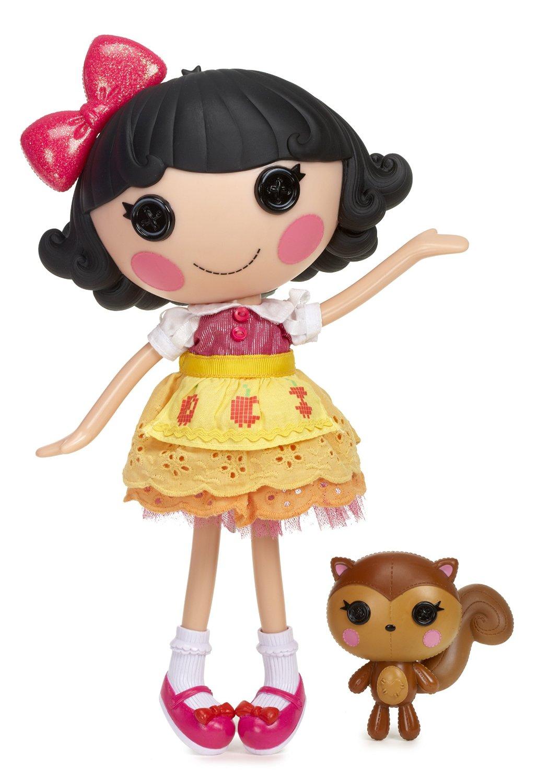 Lalaloopsy Кукла Белоснежка535676Кукла Lalaloopsy Белоснежка - это очаровательная куколка с глазами-пуговками, румяными щечками, милой улыбкой и черными волосами, украшенными бантом. Куколка одета в платье с желтой многослойной юбкой, на ногах у нее - розовые ботиночки с белыми носками. Одежда и обувь куколки снимается, что позволяет малышке самой придумывать образ. Ручки и ножки куклы подвижны, а голова вращается на 360°. В комплект также входит питомец куклы - очаровательная белочка. Белоснежка сшита из настоящего платья Белоснежки. Она очень дружелюбная и хозяйственная. Больше всего любит красные яблоки. День рождения: 1 декабря (День полезных красных яблок). Благодаря играм с куклой, ваша малышка сможет развить фантазию и любознательность, овладеть навыками общения и научиться ответственности. Девочка сможет часами играть с этой милой куколкой, придумывая различные истории.