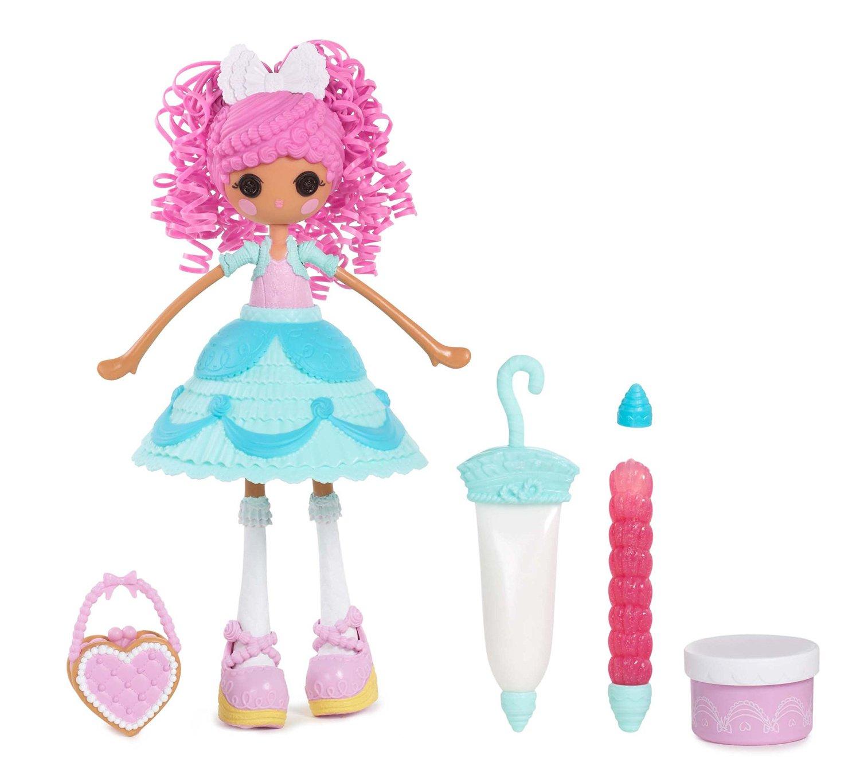 Lalaloopsy Girls Кукла Сладкая фантазия Глазурь536352Кукла Lalaloopsy Girls Сладкая фантазия: Глазурь - это очаровательная куколка с глазами-пуговками, румяными щечками, милой улыбкой и ярко-розовыми волосами из резиночек. Куколка одета в бирюзовое платье со съемной двухчастной юбкой. В комплект также входят сумочка для куклы с формочкой, баночка с массой для лепки и 2 шприца с мягкой полимерной массой и клеем с блестками, которые позволят вашей малышке украсить наряд куклы по своему вкусу. Входящий в комплект сменный наконечник предоставит широкий простор для творчества. Ручки и ножки куклы подвижны, а голова вращается на 360°. Благодаря играм с куклой, ваша малышка сможет развить фантазию и любознательность, овладеть навыками общения и научиться ответственности. Девочка сможет часами играть с этой милой куколкой, придумывая различные истории.