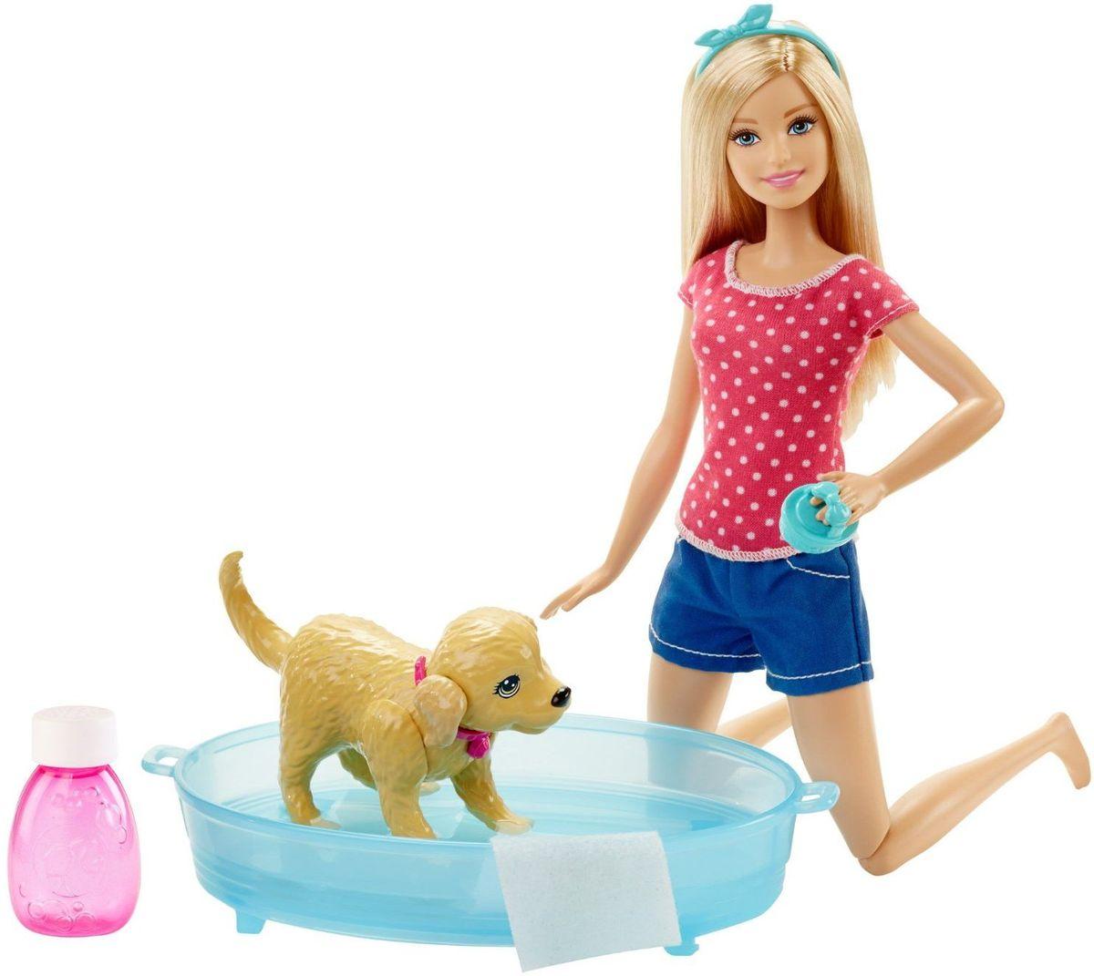 Barbie Игровой набор Водные забавыDGY83Набор Barbie Водные забавы станет развлечением не на один день! Кроме куклы Барби, имеется милая и совершенно неугомонная собачка, а к ней - собачья ванночка! Посадите собачку в ванну с водой, а в прилагаемую фирменную бутылочку налейте и разведите водой собственный шампунь, чтобы собачку как следует намылить. Потом нажмите ей на спину и смотрите, как она плещется! Она вертится, отряхивается, машет хвостом, брызгается - совсем как живая! Потом смойте шампунь водой и помогите кукле вытереть собачку специальным полотенцем. Кукла Барби одета в майку с узором в горох и синие шорты, на голове у нее ободок. В набор входит кукла Барби в одежде и с аксессуарами, движущаяся собака, ванночка, полотенце и расческа для нее, бутылочка для шампуня. Ваш ребенок будет в восторге от такого подарка!