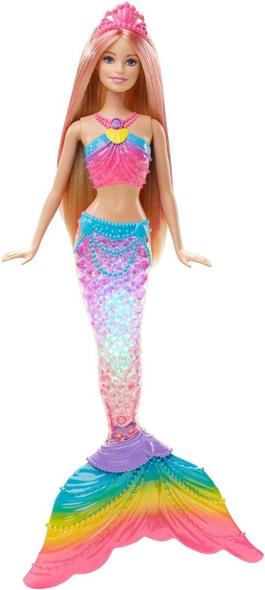 Barbie Кукла Радужная русалочка цвет розовый голубойDHC40Кукла Barbie Радужная русалочка непременно привлечет внимание вашей дочурки. Куколка с длинными русыми волосами и розовыми прядками одета в прекрасный наряд. Девочкам понравится с ней играть, придумывая ей разные прически. На ожерелье русалочки находится кнопка, нажав на которую, ее хвост будет переливаться всеми цветами радуги. Опустите куклу в бассейн и наблюдайте за красочным представлением! Рекомендуется докупить 3 батарейки напряжением типа AG13 (товар комплектуется демонстрационными).