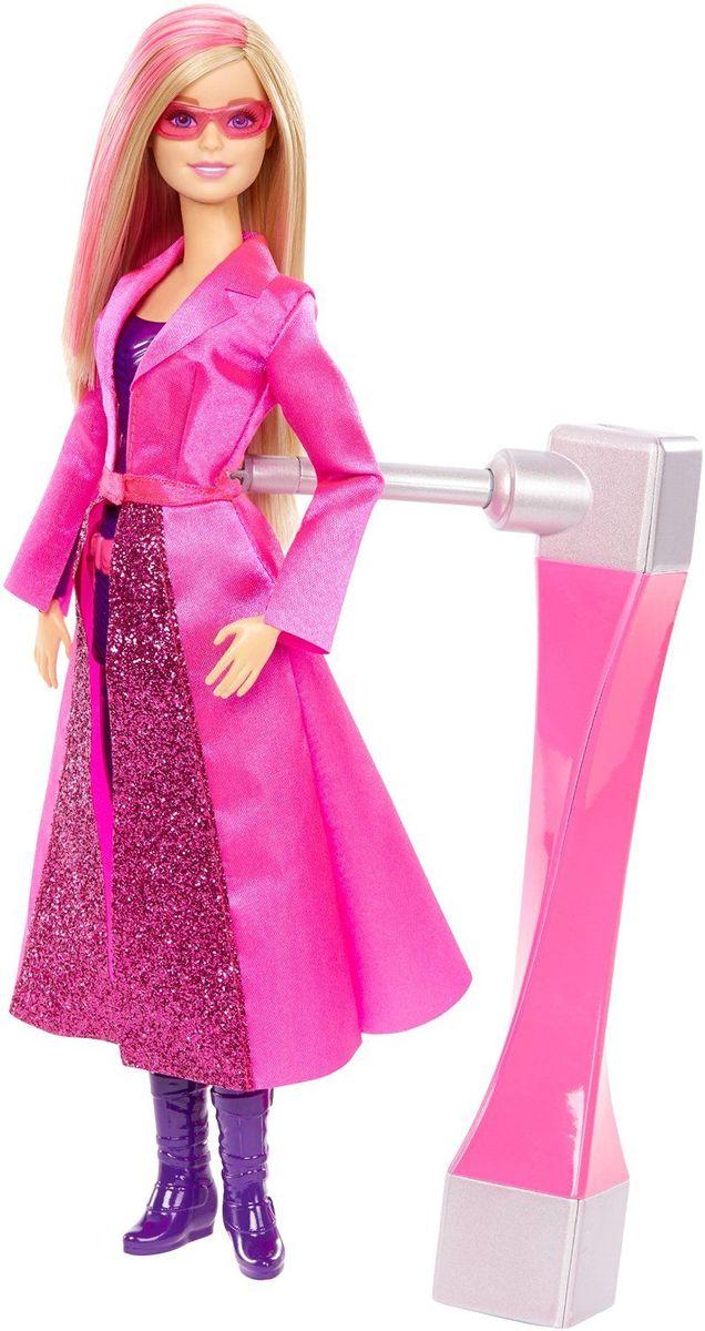 Barbie Кукла Барби Секретный агент - BarbieDHF17Барби - суперагент? Хм, а почему бы и нет! Ведь красавицы могут быть весьма умными, а вид куклы собьет с толку кого угодно. Вряд ли кто-то заподозрит в красавице с модельной внешностью умного и талантливого шпиона. Барби берут в секретные агенты вместе с подругами Терезой и Рене, и отважная троица объезжает весь мир в погоне за знаменитой взломщицей. Кукла Barbie всегда стильно одета и готова выполнять долг. На ней - обтягивающее пурпурное боди с поясом спецагента, искристо-розовый плащ и розовые солнечные очки. Настала пора убегать? Вставьте шпионское устройство в отверстие на спине и крутите: Барби сделает колесо, с которым можно выиграть любое соревнование! А если повернуть устройство, Барби сможет делать еще и сальто! С куклой Barbie Секретный агент: Барби вашей девочке понравится разыгрывать ключевые сцены фильма или придумывать новые сюжеты!