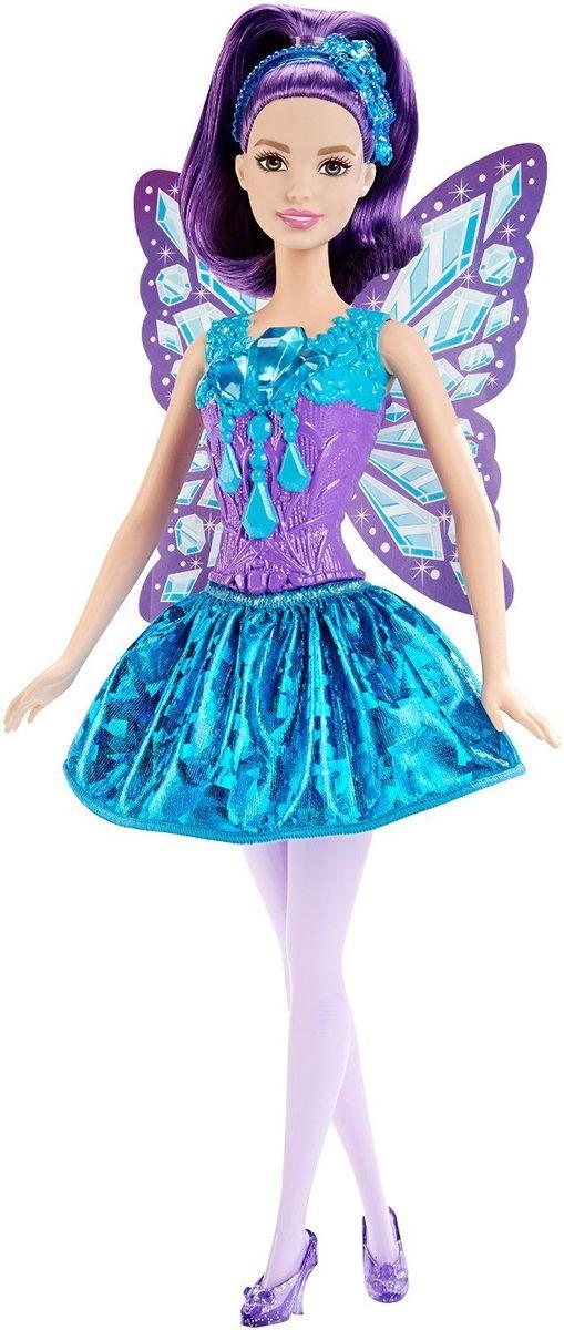 Barbie Кукла Самоцветная ФеяDHM50_DHM55Кукла Barbie Фея непременно обрадует вашу малышку. Куколка с длинными фиолетовыми волосами одета в шикарный блестящий наряд, состоящий из пластикового топа и текстильной юбочки. У Феи прозрачные камни и сине-фиолетовый рисунок лифе и крылышках. Дополняют образ феи ободок и фиолетовые туфельки на каблуках. Головка, ручки и ножки Барби подвижны, что позволит придавать кукле различные позы, а длинные волосы куклы так интересно укладывать в разнообразные прически. Одежда и аксессуары подходят всем куклам-принцессам, русалкам и феям (продаются отдельно). Ваша малышка придет в восторг от такого подарка, и с удовольствием будет играть с куколкой, которая готова унести ее в мир фантазий: ведь с Барби можно быть кем угодно!