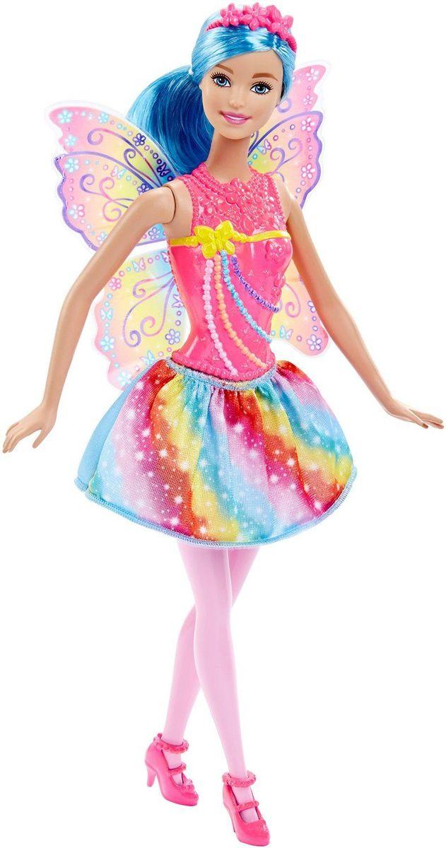 Barbie Кукла Радужная ФеяDHM50_DHM56Кукла Barbie Фея непременно обрадует вашу малышку. Куколка с длинными голубыми волосами одета в шикарный блестящий наряд, состоящий из пластикового топа и текстильной юбочки. У Феи разноцветные бусины на лифе и радужные полоски на юбке и крыльях. Дополняют образ феи ободок и коралловые туфельки на каблуках. Головка, ручки и ножки Барби подвижны, что позволит придавать кукле различные позы, а длинные волосы куклы так интересно укладывать в разнообразные прически. Одежда и аксессуары подходят всем куклам-принцессам, русалкам и феям (продаются отдельно). Ваша малышка придет в восторг от такого подарка, и с удовольствием будет играть с куколкой, которая готова унести ее в мир фантазий: ведь с Барби можно быть кем угодно!