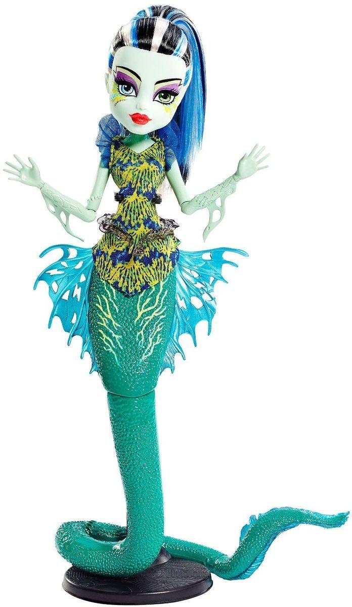Monster High Кукла Большой Кошмарный Риф Фрэнки ШтейнDHB57_DHB55Ученики школы Monster High отправляются в море - а точнее, на его дно! Их новые костюмы основаны на образах обитателей глубин. Френки Штейн - дочь профессора Франкенштейна. Девочка с бледно-голубой кожей и черно-белыми волосами с синими прядками. Френки на этот раз представлена в виде русалки с зеленым хвостом, как у угря. У куколки плавники на руках и пояс в виде водяной змеи. Каждая кукла из серии Большой Кошмарный Риф обладает подставкой в виде хвоста с завитком или чешуей. А светящиеся в темноте элементы довершают убийственно-неотразимый эффект. Руки и хвосту куклы шарнирные, что позволяет придавать ей различные позы. Школа монстров (Monster High) - мультсериал о школе, в которой учатся дети легендарных монстров, таких как Франкенштейна, Дракулы, Йети и других. Они пытаются справиться с ужасами школьной жизни.