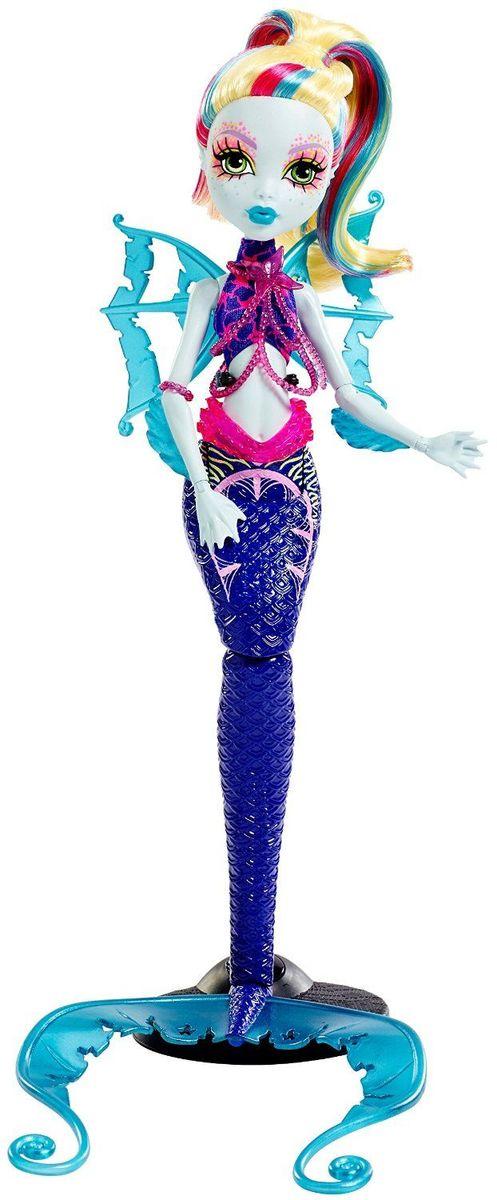 Monster High Кукла Большой Кошмарный Риф Лагуна БлюDHB57_DHB56Ученики школы Monster High отправляются в море - а точнее, на его дно! Их новые костюмы основаны на образах обитателей глубин. Лагуна Блю - дочь Морского чудища. Куколка с бледно-голубой кожей на этот раз представлена в виде русалки с длинным фиолетовым хвостом. У Лагуны цветные волосы и прозрачные плавники на руках. Каждая кукла из серии Большой Кошмарный Риф обладает подставкой в виде хвоста с завитком или чешуей. А светящиеся в темноте элементы довершают убийственно-неотразимый эффект. Руки и хвосту куклы шарнирные, что позволяет придавать ей различные позы. Школа монстров (Monster High) - мультсериал о школе, в которой учатся дети легендарных монстров, таких как Франкенштейна, Дракулы, Йети и других. Они пытаются справиться с ужасами школьной жизни.