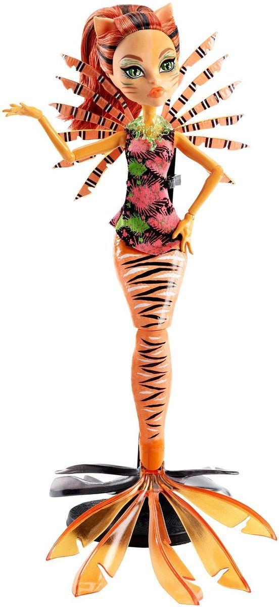 Monster High Кукла Большой Кошмарный Риф ТоралейDHB57_DHH36Ученики школы Monster High отправляются в море - а точнее, на его дно! Их новые костюмы основаны на образах обитателей глубин. Торалей Страйп - оборотень-кошка с рыжей кожей, длинным хвостом, милыми ушками и рыжими волосами. Она называет себя Кэт-тастрофа (Cat Tastrophe), и, надо сказать, это имечко ей подходит. Торалей на этот раз представлена в виде русалки с длинным тигровым хвостом. У куколки черно-рыжие волосы и кошачьи ушки. Каждая кукла из серии Большой Кошмарный Риф обладает подставкой в виде хвоста с завитком или чешуей. А светящиеся в темноте элементы довершают убийственно-неотразимый эффект. Руки и хвосту куклы шарнирные, что позволяет придавать ей различные позы. Школа монстров (Monster High) - мультсериал о школе, в которой учатся дети легендарных монстров, таких как Франкенштейна, Дракулы, Йети и других. Они пытаются справиться с ужасами школьной жизни.
