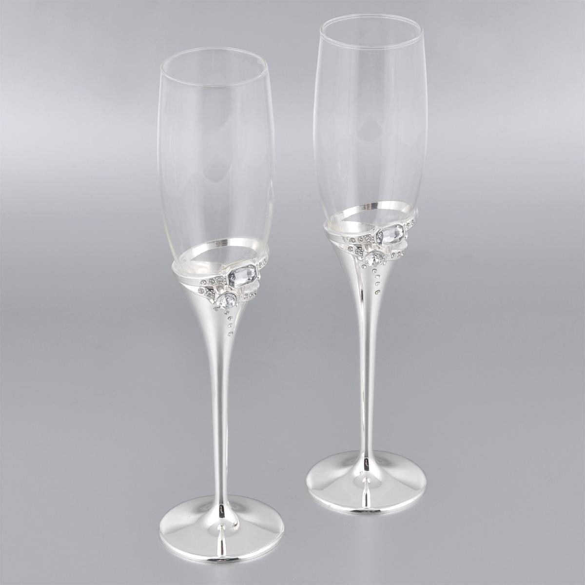 Набор бокалов Marquis, 2 шт. 7097-MR7097-MRНабор Marquis состоит из двух бокалов на высоких ножках. Бокалы выполнены из стекла. Изящные тонкие ножки, изготовленные из стали с серебряно-никелевым покрытием, оформлены узором из страз. Бокалы идеально подойдут для шампанского или вина. Такой набор станет прекрасным дополнением романтического вечера. Изысканные изделия необычного оформления понравятся и ценителям классики, и тем, кто предпочитает утонченность и изысканность. Диаметр по верхнему краю: 5 см. Диаметр основания: 6,8 см. Высота бокалов: 25,5 см.