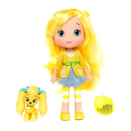 Шарлотта Земляничка Мини-кукла Лимона12232Кукла Шарлотта Земляничка Лимона понравится вашей малышке, ведь вместе с ней ребенок сможет моделировать различные прически. Кукла выполнена из высококачественного пластика в виде девочки Лимоны из популярного мультсериала Шарлотта Земляничка. Куколка с длинными желтыми волосами, одета в желтую блузку и голубую юбку, на ножках - желтые туфельки. Ручки, ножки и головка Лимоны подвижны, благодаря чему ей можно придавать различные позы. В наборе с Лимоной имеется маленький питомец - забавный щенок пуделя желтого цвета. Также, в наборе расческа для ухода за длинными волосами куклы. Ваша малышка с удовольствием будет играть с куклой, делая ей различные прически и придумывая необыкновенные истории! Главные героини мультсериала, маленькие девочки Земляничка, Малинка, Черничка, Лимонка, Апельсинка и Сливка живут в траве и творят разные добрые дела. Живут они в сказочном городке, где постоянно находят себе приключения...