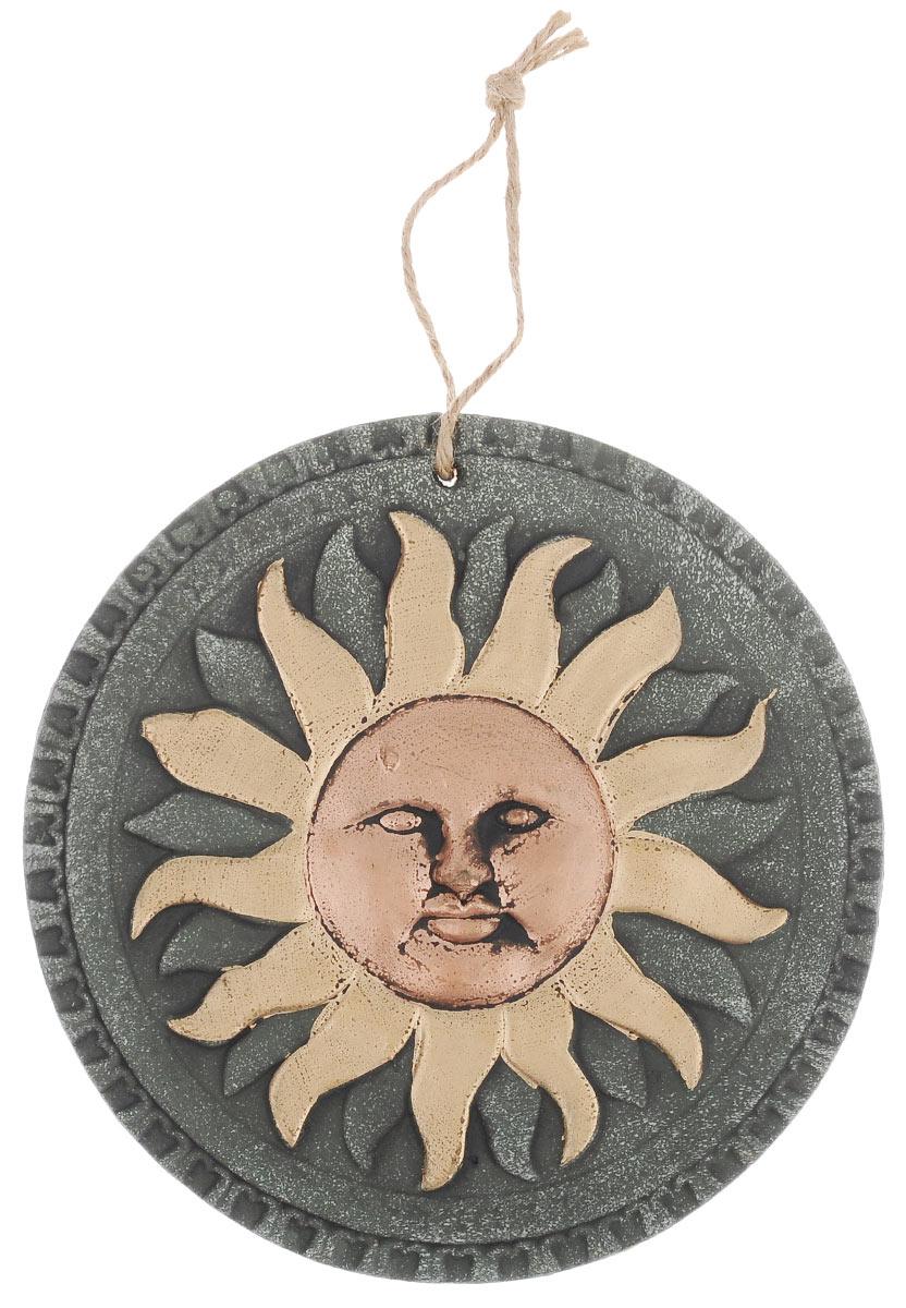 Декоративное настенное украшение Gardman Солнце, диаметр 23 см17375Декоративное настенное украшение Gardman Солнце выполнено из гипса и оформлено объемным изображением. Для удобства размещения изделие оснащено текстильной петелькой для подвешивания. Такое украшение отлично подойдет как для дома, так и для улицы и придаст неповторимый дизайн вашему интерьеру или саду. Размер: 23 см х 23 см х 1 см.