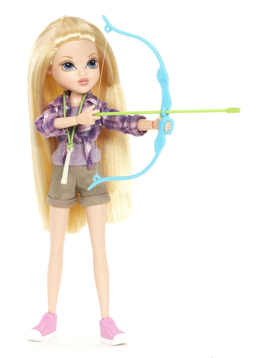 Moxie Кукла Эйвери Юные скауты528951Мокси - веселые подружки-подростки. Они яркие, модные, любознательные и дружные. Подружки не всегда следуют моде, они ее творят! У каждой из кукол свой собственный, неповторимый стиль, все они очень современны - от японского аниме до американского граффити. У каждой из подружек Moxie есть свое спортивное увлечение: Софина занимается танцами, Эйвери играет в футбол, Лекса занимается теннисом. Эйвери участвует в чемпионатах по стрельбе из лука. Она одета в короткие шорты, майку и фиолетовую рубашку в клетку. На ногах у нее - удобные розовые кеды. В комплекте с куклой имеется бинокли и лук, из которого действительно можно выпускать стрелы. Куклы MOXIE покоряют девочек своей красотой! Они представляют собой современных подростков, которые учатся в школе, отдыхают в кафе и клубах, ходят на дискотеки, катаются на роликах, ведут дневники, следят за модой и своей фигурой, внешностью. В общем, образ жизни такой же, как у любой современной девочки. Кукла из...