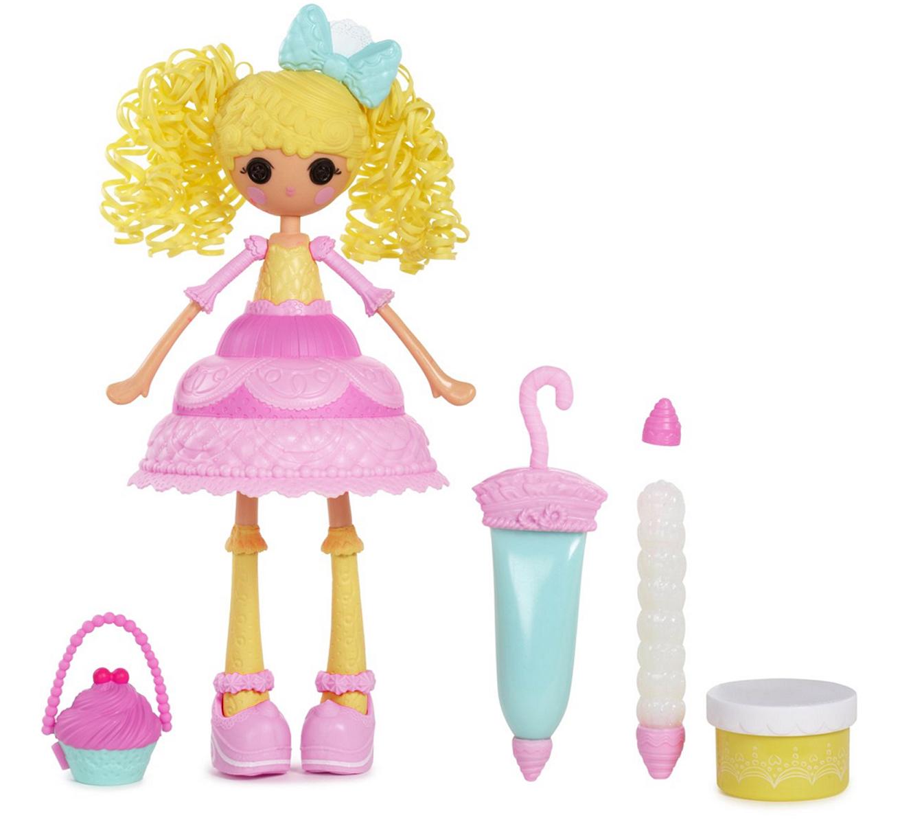 Lalaloopsy Girls Кукла Сладкая фантазия Мастика536345Кукла Lalaloopsy Girls Сладкая фантазия: Мастика - это очаровательная куколка с глазами-пуговками, румяными щечками, милой улыбкой и ярко-желтыми волосами из резиночек. Куколка одета в розовое платье со съемной двухчастной юбкой. В комплект также входят сумочка для куклы с формочкой, баночка с массой для лепки и 2 шприца с мягкой полимерной массой и клеем с блестками, которые позволят вашей малышке украсить наряд куклы по своему вкусу. Входящий в комплект сменный наконечник предоставит широкий простор для творчества. Ручки и ножки куклы подвижны, а голова вращается на 360°. Благодаря играм с куклой, ваша малышка сможет развить фантазию и любознательность, овладеть навыками общения и научиться ответственности. Девочка сможет часами играть с этой милой куколкой, придумывая различные истории.