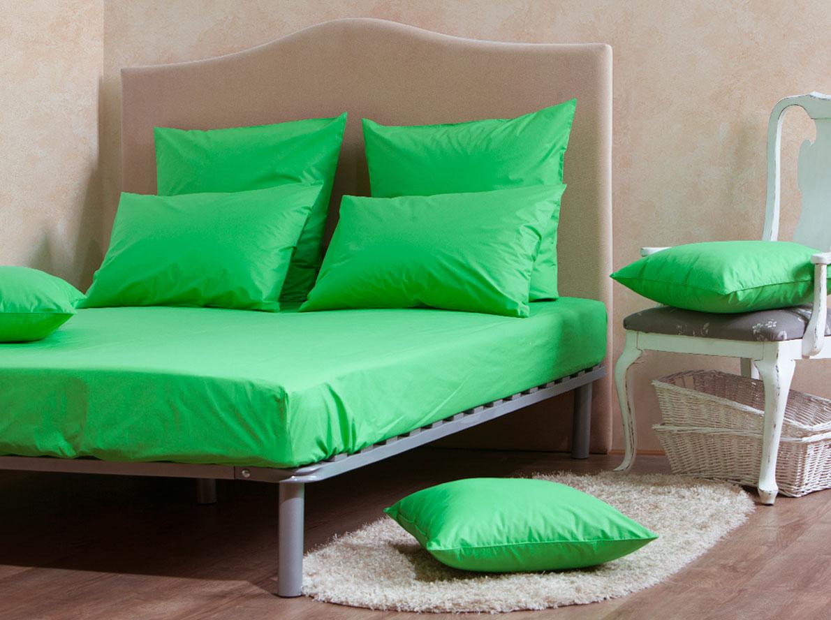 Комплект Mirarossi Gamma di Colori, 2-спальный: простыня, 2 наволочки 50х70, цвет: зеленый160п-ПНР-2MRКомплект постельного белья Mirarossi из коллекции Gamma di Colori выполнен из ткани перкаль, произведенной из натурального 100% хлопка. Ткань приятная на ощупь, при этом она прочная, хорошо сохраняет форму и легко гладится. Комплект состоит из простыни на резинке и двух наволочек. Такой комплект белья идеальный вариант для обладателей современных кроватей с матрасными блоками высотой от 15 до 30 см. Простыня прошита резинкой с двух сторон, что обеспечивает более комфортный отдых, так как она прочно удерживается на матрасе и избавляет от необходимости часто ее поправлять. Благодаря такому комплекту постельного белья вы создадите неповторимую атмосферу в вашей спальне. Простыня подходит для матраса размером 200 см х 160 см. Размер простыни: 212 см х 166 см х 25 см. Плотность ткани: 135 гр/м2.