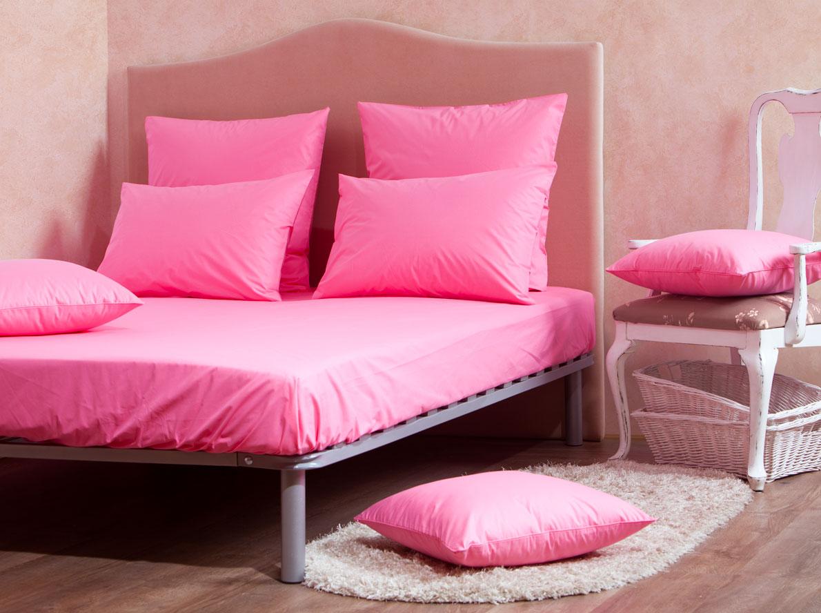 Комплект Mirarossi Gamma di Colori, евро: простыня, 2 наволочки 70х70, цвет: розовый180п-ПНР-1MRКомплект постельного белья Mirarossi из коллекции Gamma di Colori выполнен из ткани перкаль, произведенной из натурального 100% хлопка. Ткань приятная на ощупь, при этом она прочная, хорошо сохраняет форму и легко гладится. Комплект состоит из простыни на резинке и двух наволочек. Такой комплект белья - идеальный вариант для обладателей современных кроватей с матрасными блоками высотой от 15 до 30 см. Простыня прошита резинкой по всему периметру, что обеспечивает более комфортный отдых, так как она прочно удерживается на матрасе и избавляет от необходимости часто ее поправлять. Благодаря такому комплекту постельного белья вы создадите неповторимую атмосферу в вашей спальне. Простыня подходит для матраса размером 200 см х 180 см. Размер простыни: 212 см х 186 см х 15 см. Плотность ткани: 135 гр/м2.