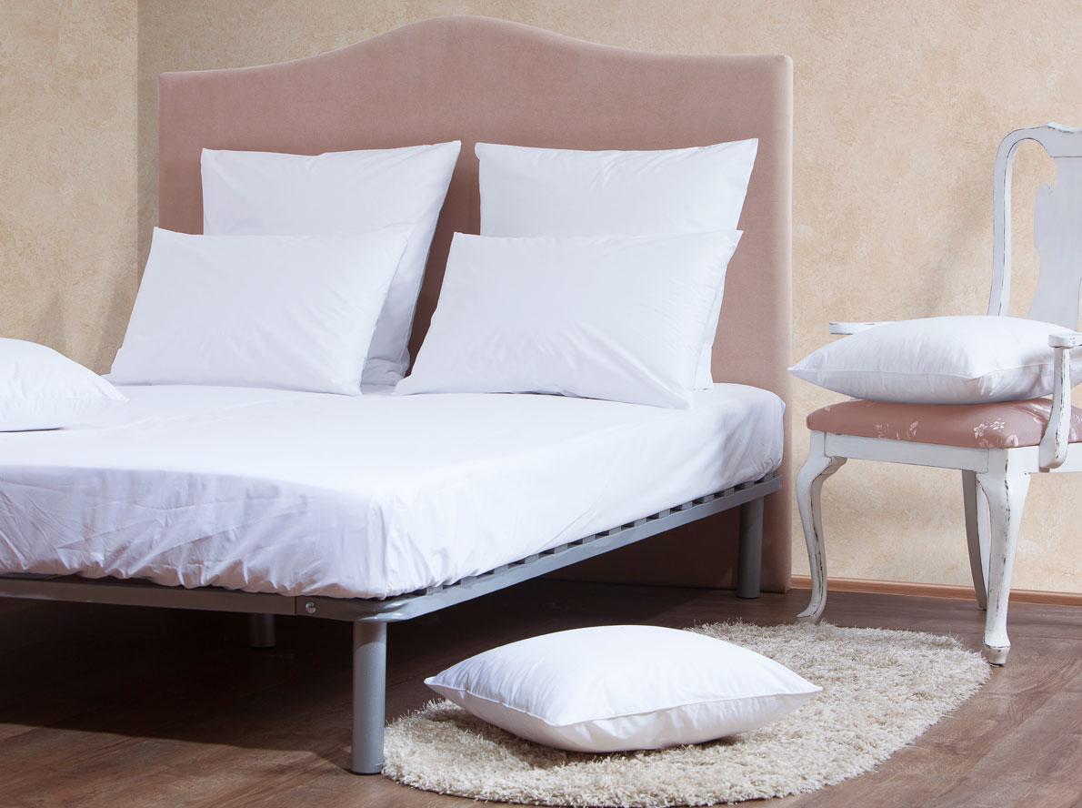 Комплект Mirarossi Gamma di Colori, евро: простыня, 2 наволочки 70х70, цвет: белый180п-ПНР-1MRКомплект постельного белья Mirarossi из коллекции Gamma di Colori выполнен из ткани перкаль, произведенной из натурального 100% хлопка. Ткань приятная на ощупь, при этом она прочная, хорошо сохраняет форму и легко гладится. Комплект состоит из простыни на резинке и двух наволочек. Такой комплект белья идеальный вариант для обладателей современных кроватей с матрасными блоками высотой от 15 до 30 см. Простыня прошита резинкой по всему периметру, что обеспечивает более комфортный отдых, так как она прочно удерживается на матрасе и избавляет от необходимости часто ее поправлять. Благодаря такому комплекту постельного белья вы создадите неповторимую атмосферу в вашей спальне. Простынь подходит для матраса размером 200 см х 180 см. Размер простыни: 212 см х 186 см х 15 см. Плотность ткани: 135 гр/м2.