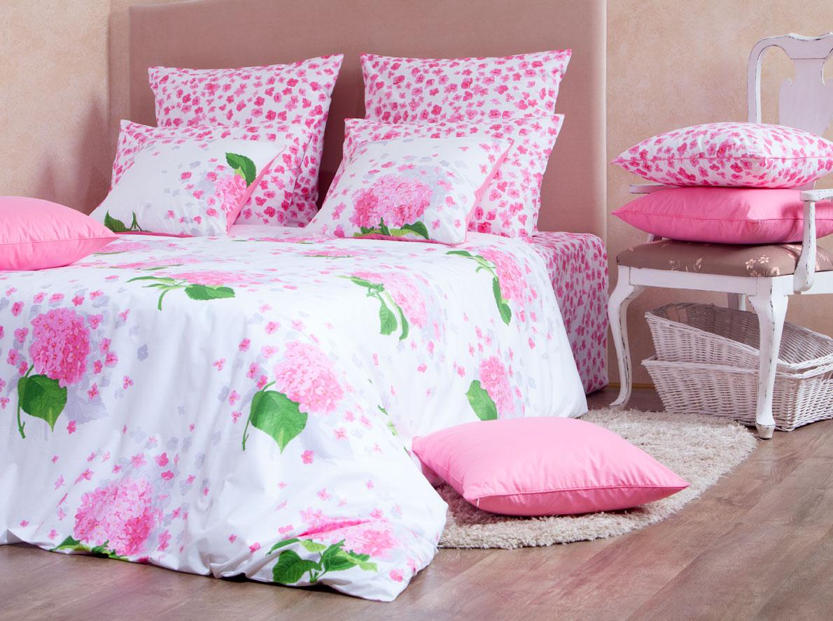 Комплект белья Mirarossi Virginia, 1,5-спальный, наволочки 50х70, цвет: белый, розовый, зеленый15п-2MRРоскошный комплект постельного белья Mirarossi Virginia выполнен из ткани Перкаль, натурального 100% хлопка. Ткань приятная на ощупь, при этом она прочная, хорошо сохраняет форму и не образует катышков на поверхности. Инновационная технология обработки ткани Easy Care позволяет белью дольше оставаться свежим. Органические активные вещества Easy Care на основе натуральных компонентов, эффективно препятствуют сминаемости и деформации ткани, что позволяет вам практически не тратить время на глажку постельного белья. Комплект состоит из пододеяльника, простыни и двух наволочек. Изделия оформлены цветочным принтом. Благодаря такому комплекту постельного белья вы создадите неповторимую атмосферу в вашей спальне.