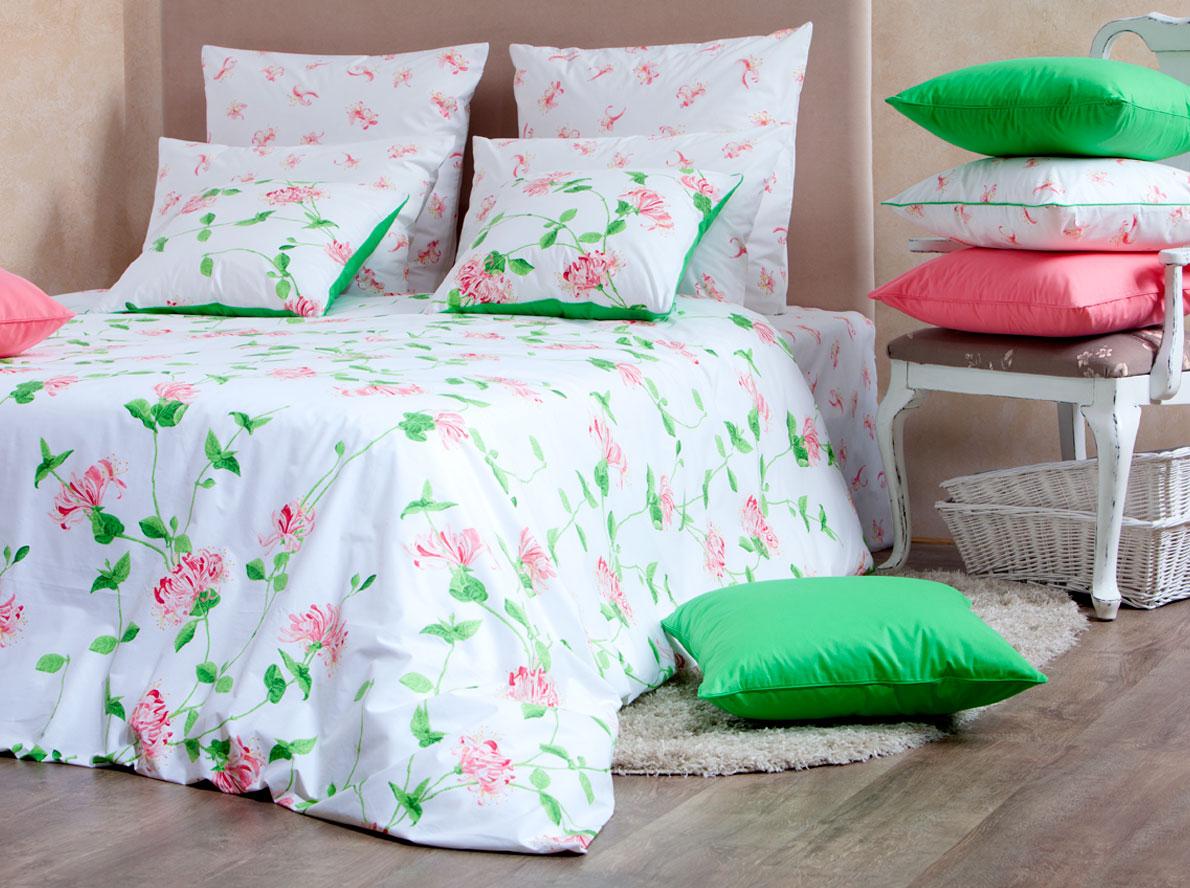 Комплект белья Mirarossi Domenica, 1,5-спальный, наволочки 70х70, цвет: белый, коралловый, зеленый15п-1MRРоскошный комплект постельного белья Mirarossi Domenica выполнен из ткани перкаль, натурального 100% хлопка. Ткань приятная на ощупь, при этом она прочная, хорошо сохраняет форму и не образует катышков на поверхности. Инновационная технология обработки ткани Easy Care позволяет белью дольше оставаться свежим. Органические активные вещества Easy Care на основе натуральных компонентов, эффективно препятствуют сминаемости и деформации ткани, что позволяет вам практически не тратить время на глажку постельного белья. Комплект состоит из пододеяльника, простыни и двух наволочек. Изделия оформлены цветочным принтом. Благодаря такому комплекту постельного белья вы создадите неповторимую атмосферу в вашей спальне. Плотность ткани: 135 гр/м2.