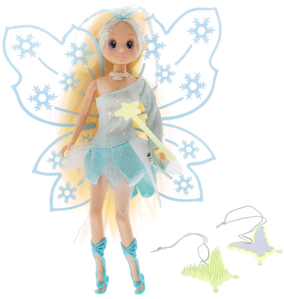 Simba Кукла Зимняя фея цвет платья голубой5519054_голубойКукла Simba Зимняя фея непременно приведет в восторг вашу малышку и обязательно станет ее любимой игрушкой. Очаровательная куколка выполнена из прочного пластика, ее тело покрыто сверкающими блестками. Кукла одета в блестящее голубое платье с рюшами, а на ногах у нее - изящные сандалии. Длинные белые волосы куклы можно заплетать и расчесывать. В руках у феи - светящаяся в темноте волшебная палочка, а за спиной - большие сверкающие крылья. Также в комплект входит светящаяся в темноте расческа в виде бабочки и безопасное зеркало. Руки, ноги и голова куклы подвижны, благодаря чему ей можно придавать различные позы. Благодаря играм с куклой, ваша малышка сможет развить фантазию и любознательность, овладеть навыками общения и научиться ответственности.