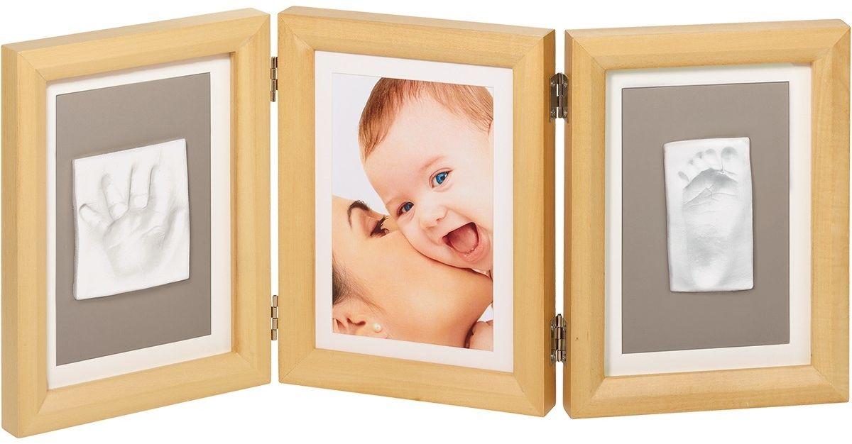 Baby Art Рамочка тройная Классика цвет дерево34120172Рамка для оттисков Baby Art - уникальный подарок родителям, позволяющий сохранить фотографию, образ ладошки или ступни вашего малыша на долгие годы. В комплект входят: тройная деревянная рамка со стеклом, тесто для лепки и деревянный валик. На ровной рабочей поверхности нужно раскатать тесто с помощью валика, удалив пузырьки воздуха. Затем сделать отпечатки ручки и ножки малыша. Вырезать прямоугольный кусок теста с оттиском необходимого размера. После того, как тесто затвердеет оттиск можно приклеить в рамочку под стекло при помощи двустороннего скотча. Характеристики: Материал: дерево, стекло, металл, тесто для лепки. Размер одной секции рамки: 16 см х 21,5 см х 2 см. Размер упаковки: 22 см х 17 см х 9,5 см. Изготовитель: Китай.