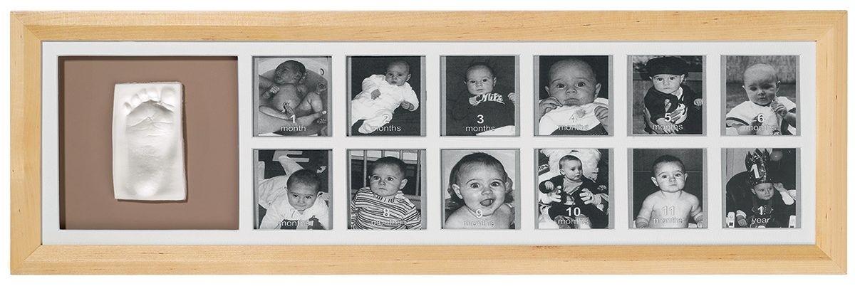 Набор для изготовления слепка Baby Art 1st Year Kit, цвет рамки: натуральный34120076Набор Baby Art 1st Year Kit очень прост в использовании: каждый может сделать шедевр, и это займет всего несколько минут. Под воздействием воздуха мягкий материал, выложенный в специальную форму, затвердевает в течении 24-х часов, не утратив отпечатка, который вы сделали. После того, как вы сделали отпечаток, вы можете поместить его в специальную рамку, которая включена в набор, тогда рядом с прекрасным отпечатком ручки или ножки ребенка каждый месяц вы сможете прикреплять новую фотографию малыша, пока ребенку не исполниться годик. Удивительно мягкий высококачественный экологический чистый материал не вызывает никакой аллергической реакции. Он абсолютно безопасен для вашего ребенка.