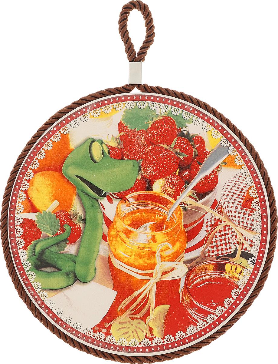 Подставка под горячее Saguro Змейка-сластена, диаметр 16 см545-614зеленыйПодставка под горячее Saguro Змейка-сластена, выполненная из высококачественного фарфора, идеально впишется в интерьер современной кухни. Дно, выполненное из пробки, не даст подставке скользить по поверхности стола. Изделие оснащено текстильной петелькой для подвешивания и оформлено красочным рисунком. Каждая хозяйка знает, что подставка под горячее - это незаменимый и очень полезный аксессуар на каждой кухне. Ваш стол будет не только украшен оригинальной подставкой, но и сбережен от воздействия высоких температур ваших кулинарных шедевров.