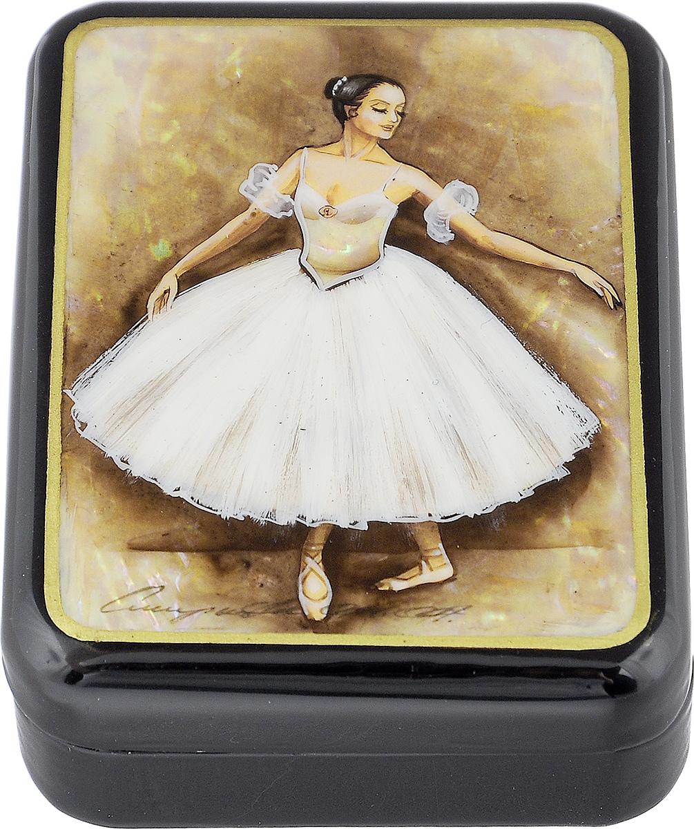 Шкатулка Федоскино Балерина в стойке, 9 см х 7 смшкфс.та.бал1Лаковая миниатюрная шкатулка ручной работы Федоскино Балерина в стойке выполнена в форме обтекаемого прямоугольника. Сюжет на крышке шкатулки - танец балерины. Это высококачественная роспись по перламутру, благодаря которому все изображение переливается светом в зависимости от освещения. Под изображением и на дне шкатулки имеется авторская подпись. Элегантная шкатулка ручной работы станет оригинальным и практичным украшением интерьера.